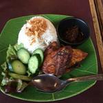 メラプティ カフェ - アヤムぺニェランチ1250円。パリパリに揚げた鶏ににチリソース。ソースがめちゃウマ。