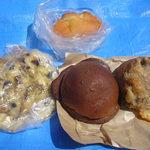 パンの店 窯蔵 - 料理写真:真ん中がみそメロン、左はキノコピザ上がクリームパン、右は田舎チーズです