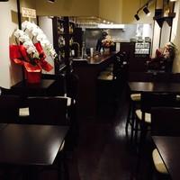 グリルアンドバー ハナヤ - テーブル席14 カウンター5席と落ち着いた空間です