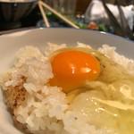 焼鶏あきら - 熟成鶏スープで炊き上げる土鍋御飯で卵かけご飯