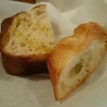食堂Tavolino - 熱々の自家製パンは、オリーブ入りとしっとりカンパーニュの2種