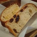 食堂Tavolino - お代わりの自家製パンも熱々、たっぷりレーズン入りとカンパーニュ