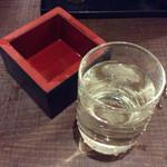 七津屋 - 「日本酒」(一合250円)。ちょっと呑んでしまってから慌てて撮影。