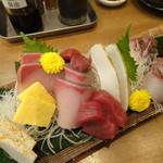 魚屋がはじめた旨い居酒屋 夢酒場 魚昇本店 - 3種盛り(南まぐろ、寒ぶり、黒鯛)+たるイカ
