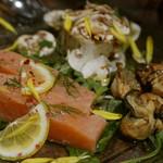 64966442 - サーモンのミキュイ900円と広島産牡蠣の燻製オイル漬け700円とポテトサラダ、タプナードとフレッシュマッシュルーム添え700円