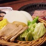 炭火焼肉酒家 牛角 - 焼き野菜の盛り合わせ