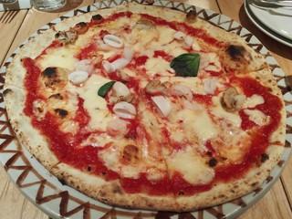 Osteria UVA RARA 横浜 - 帆立、小海老、イカのピザ
