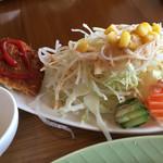 夢猫 - ハート型のケチャップのコロッケに、大盛りサラダ