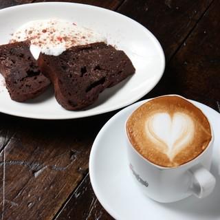 こだわりのコーヒー。手作りケーキセットもございます【カフェ】