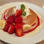 珈琲館 - たっぷり苺のホットケーキ