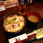 かつ丼 山屋 - 特上かつ丼(¥680) 大盛(+¥70) 計¥750 味噌汁の具はワカメと豆腐。かつ丼は甘過ぎずあっさりとしているがコクのある出タレの味が秀逸。味は斜め向かいの『松乃家』より上だと思うが…。