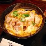かつ丼 山屋 - 特上かつ丼のアップ 特上を名乗る割には豚肉に厚みがないのがちょっと残念。これで¥750の価格は微妙。タレの味は良いので、有料(+¥60)だが卵をダブルにする方がベターだと思う。