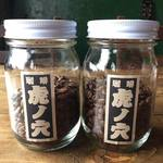 チャントルーズ - アイスコーヒー、ホットコーヒー共に 青森市『珈琲 虎ノ穴』の自家焙煎コーヒー豆を使用し、ハンドドリップでお淹れしています。 カレーと一緒にご注文で【¥100 OFF】となります。 食後の一杯としてオススメですが、コーヒーのみのご利用ももちろんOKです。