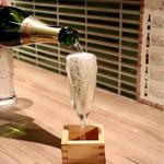 焼肉白金 - 枡まであふれるスパークリングワイン