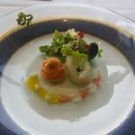 65009962 - 平目とサーモンマリネの紅白のバラ仕立て 雲丹 キャビア サラダ添え。