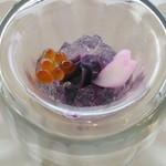 65010018 - 花束見立ての液体窒素のアミューズ パルフェタムールと桜のジュレ お芋の花 イクラ 紫芋のピューレ 。液体窒素をかける前。