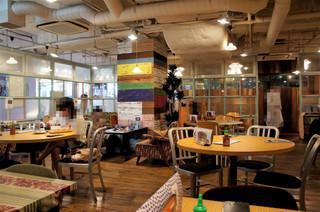 コカレストラン&マンゴツリーカフェ 有楽町 - 内観=不揃いのテーブルセットがお洒落