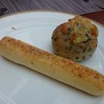 サンマルク - セザメチーズロールとスパイシーチャパタ