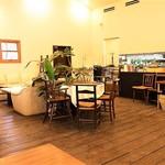 キッチンスヌーグ - 4人用テーブル(補助テーブルを使うと6~8人いけそう)5卓と、 ソファー席1卓と、丸テーブル1卓