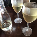 KURA - ハウスワインをデカンタで。ボトルでも…いや、昼ですし(≧∇≦)