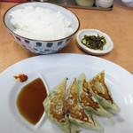 長浜ナンバーワン - 餃子4個+白ご飯+辛子高菜のセットを付けました。 通常は250円ですが、ランチタイムは220円です。