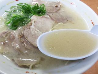 長浜ナンバーワン 祇園店 - やや垢抜けない豚骨臭さも醸しながら、濃厚に仕上げたとろりんスープです。
