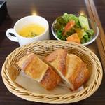 65053213 - ランチのパン、サラダ、スープ
