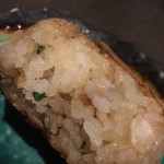 炭火焼 蕾家 - 焼きおにぎりのアップ。ニンニクとシソが入り美味い!