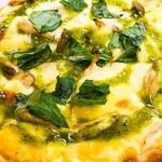 カーム カフェ - チキンときのこのピザ、バジル風味。¥980