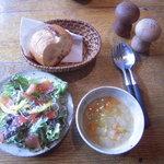one's+1 - ランチセットのスープ、パン、サラダ
