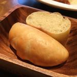 GULF's transit table - ランチのパン