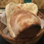 ターズ - ライタを食べている最中に目の前にナンが置かれた時の視線を再現。まっすぐに向けるな!