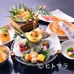 川甚 - 彩り華やかな会席料理のコースを用意