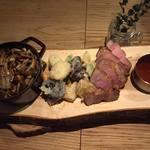 fudolink - 5000円のコースに出るメインの肉料理一例。 付け合わせは季節野菜のフリット ストウブ鍋の中には安曇野産のお米を使ったキノコのごはん。