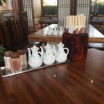 喜多八菜館 - 料理写真:各種調味料と箸たち