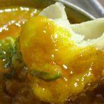 新宿ボンベイ - ダールカリーは豆のコクにあふれており、ナンとの相性もバッチリ!