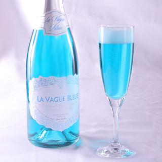 幸せを呼ぶ青いスパークリングワイン