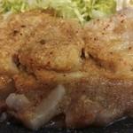 65089919 - 豚肉の表面を覆う大量のおろしニンニク