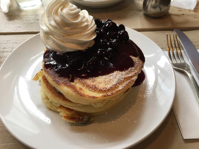 ジェイドファイブ - ブルーベリーパンケーキにホイップのトッピング