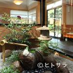 いづ喜 - 店内に設けられた緑豊かな中庭が、落ち着きの空間を演出