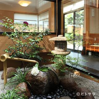 店内に設けられた緑豊かな中庭が、落ち着きの空間を演出