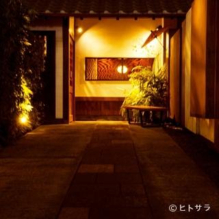 約10メートルの黒竹の生垣に導かれ、想像を裏切る町家風...