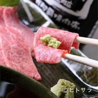 焼肉乃我那覇 - 見事に刺しの入った新鮮牛肉を、生のまま思いっきりどうぞ