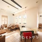 ル・ポアソンルージュ - 白のインテリアが印象的なおしゃれなレストラン