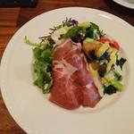 ボンヌ・マール - 別の日のサラダ。生ハムと魚のカルパッチョ入りでした。