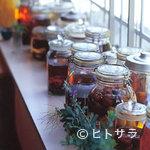 くるみの木 - 店内のあちこちに飾られた果実酒はスモモなど、どれもおいしそう