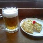 スカイラウンジ 回転喫茶室 - メリケン生ビールと六甲チーズクラッカー