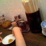 紀州和歌山らーめん あじゅち屋 - 卓上調味料。他に生にんにくもありました。