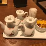 65100547 - テーブルには醤油、辣油、酢、辛子がありますが塩はありません