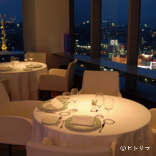煌めく夜景を眺めながら、極上のクラシックフレンチとワインを